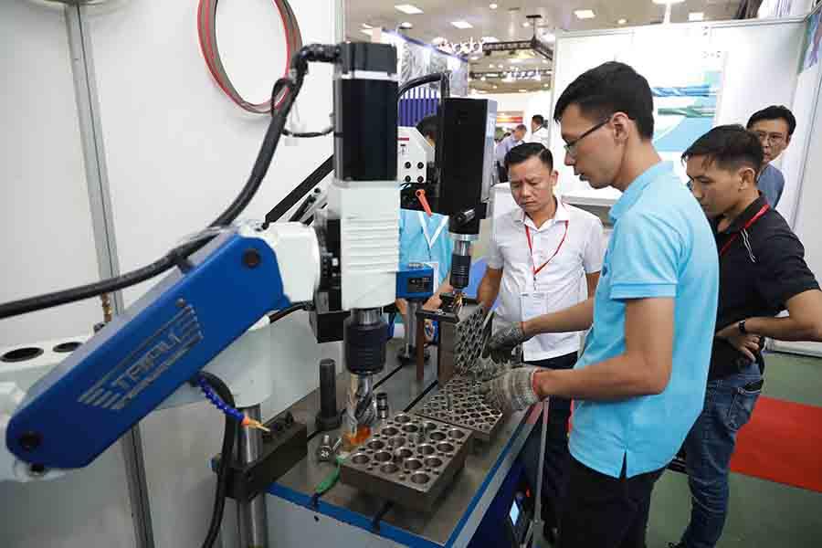 Kỹ sư Vietweld đang hướng dẫn khách hàng sử dụng máy Taro cần